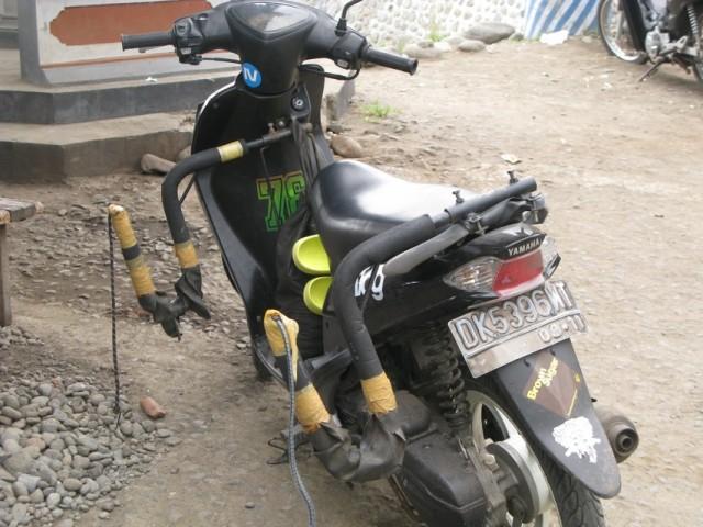 Специальное приспособления для провоза доски для серфинга на мотоцикле