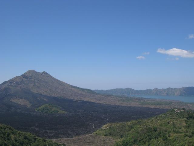 Вулкан Батур. Видны застывшие потоки лавы. Там когда-то была деревня.
