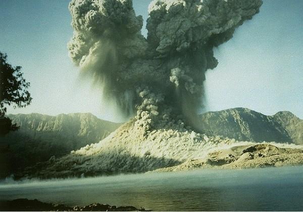 Извержение Ринджини (фото не наше)