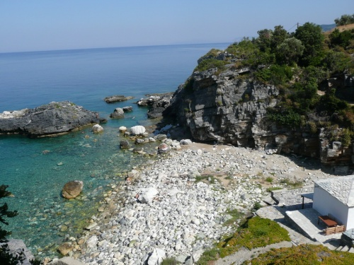 а этот пляж, за скалой, мы нашли перед отъездом. из-за камней людей совсем нет даже в субботу.