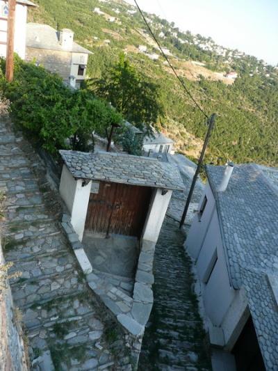 все крыши, стены и дороги из камушков