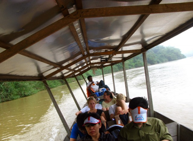 Лодка везет нас в Таман Негару