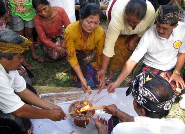 Тем временем сжигают ритуальную дощечку