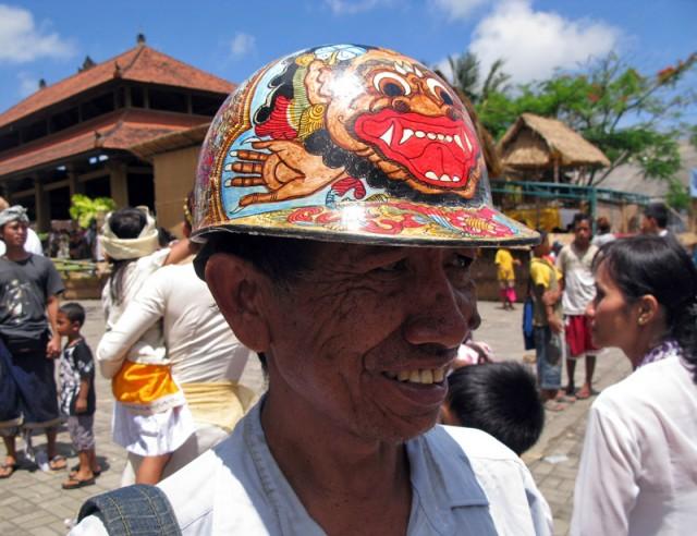 Тут же обитают торговцы саронгами и вот такими клевыми шапками