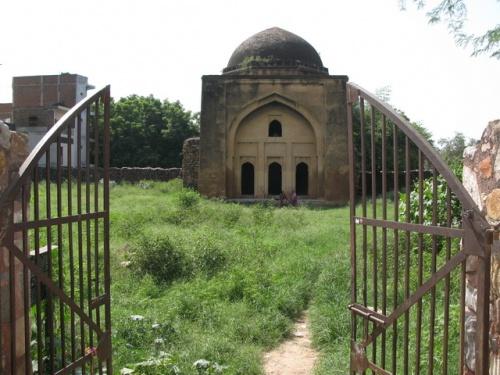 Заброшенная мечеть. Во дворе женщины сушат белье