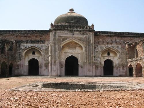 Мечеть напротив главного входа