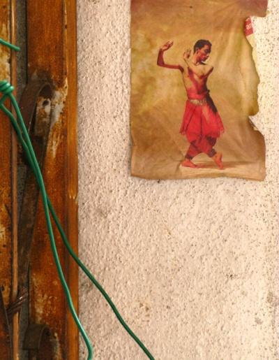 На стене возле мастерской Аджи висит фотка танцора в позе Кришны