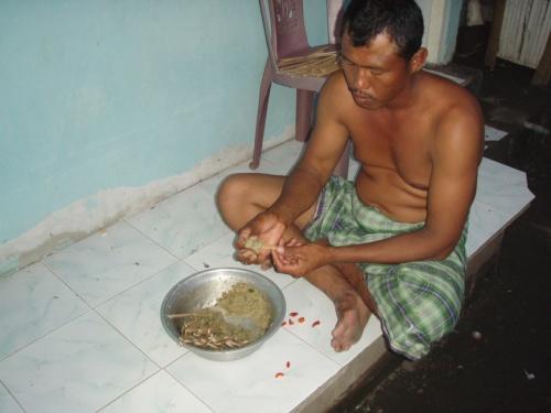 Отец семейства готовит соте