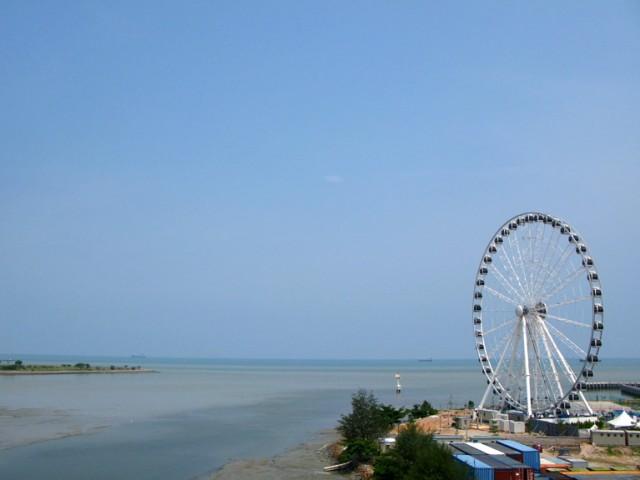 Но иногда - сюрреалистичный. Если бы это колесо сорвалось и перекатилось через пролив, то доехало бы до самой Суматры!