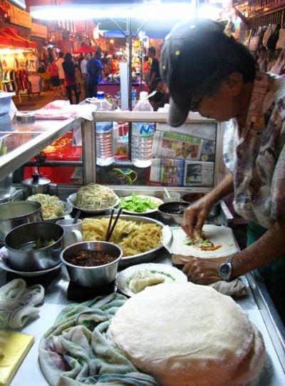 На базаре за 1 ринггит китаец делает попию - тонкий блин с овощной начинкой