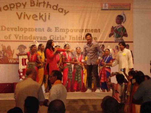 Вивек на сцене с детьми