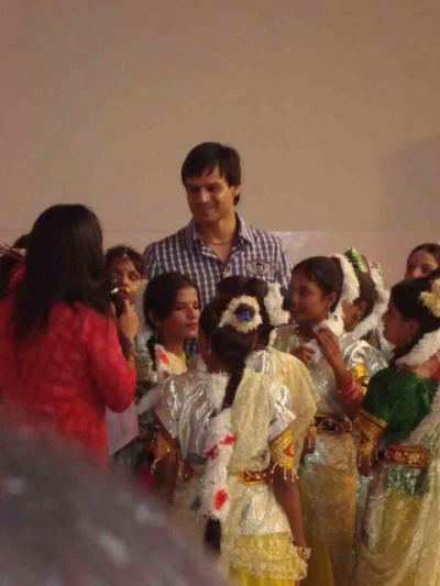 Актер с девочками которые танцевали под фонограмму из его фильма где он был главным героем