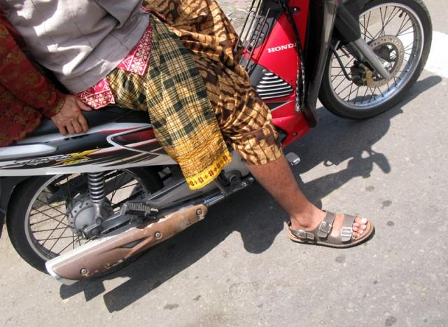 Саронг и мотоцикл совместимы