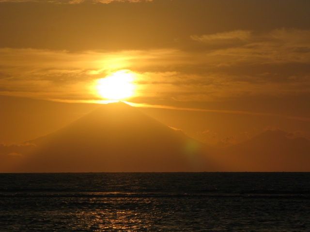 Или любоваться закатом над вулканом Агунг на Бали