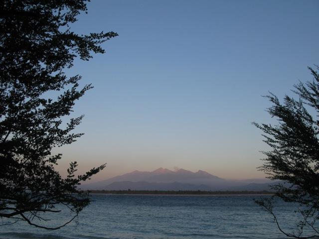 Отсвет заката на склонах вулкана Ринджани