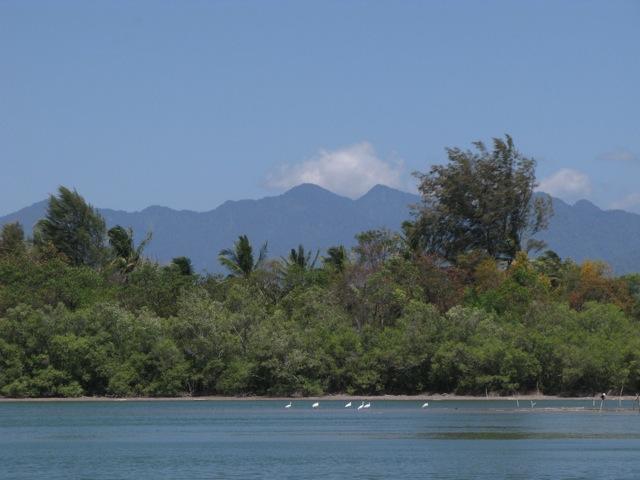 Соленое озеро посреди острова