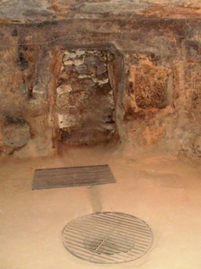 и для обеспечения безопасности туристов, древние холодильники и колодцы с водой закрыты решетками..