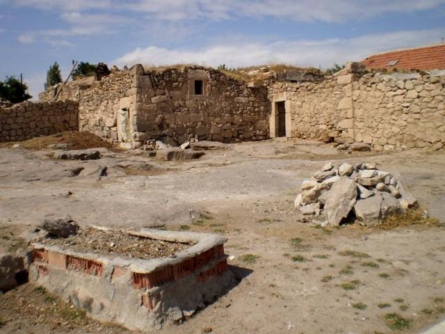 Остатки древних наземных строений и фрагменты современных крыш...