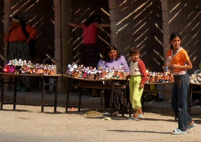 Местные женщины мастерят кукол и продают туристам за 1Tl