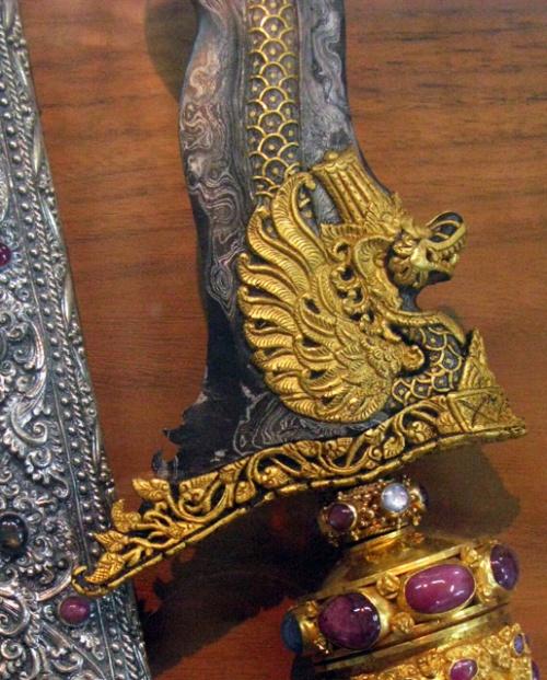 В основании клинка выгравирована змеиная голова