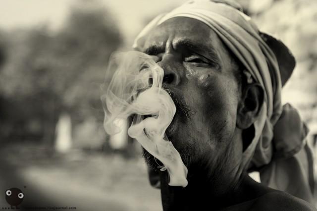 Курящий мэн из Варанаси. (Ом.)