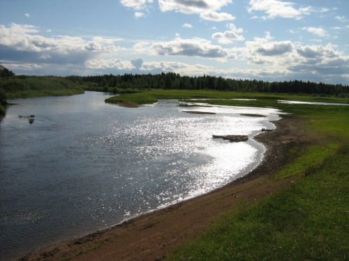 Здесь сливаются реки Онолва с Косой. Отсюда и название поселка - Усть-Онолва