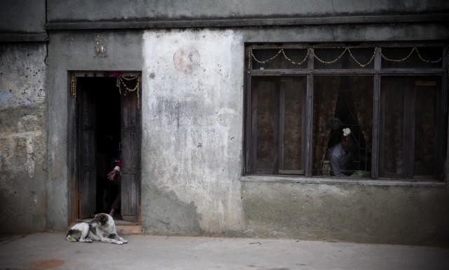 """Непал. Катманду. Из серии: """"Жизнь  города."""" """"Боязливое любопытство."""" 2009 г."""