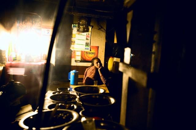"""Непал. Катманду. В местном тхабе. После  трудового дня.Из серии: """"Жизнь  города."""" """"Под защитой Бога.""""  2009 г."""