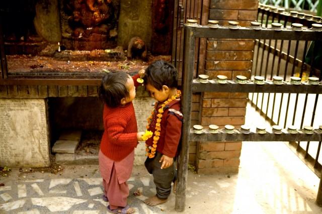 """Непал. Катманду. У храма. Из серии: """"Жизнь города."""" """"Венчание. :)""""  2009 г."""