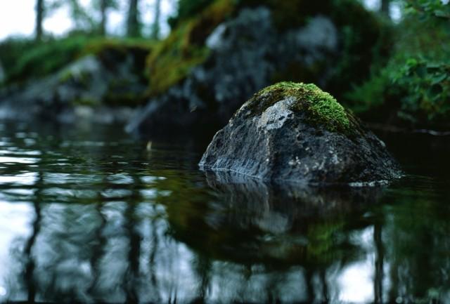 Камень в озере