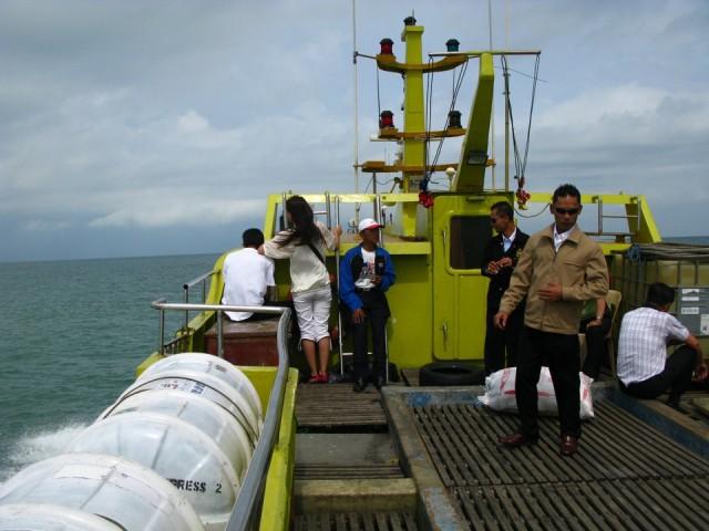 Пересекаем пролив между Малайзией и Индонезией