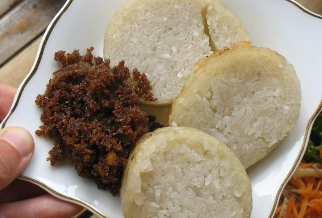 Местный десерт - липкий рис с пальмовым сахаром и кокосом