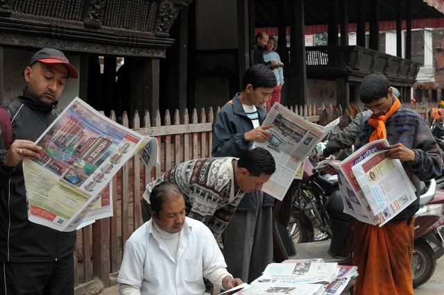 Читальщики газет в Катманду