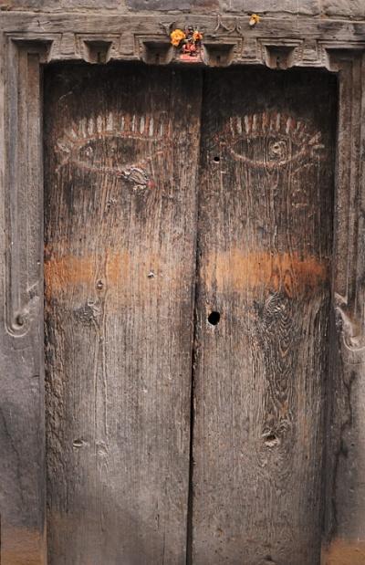 Дверь с глазами