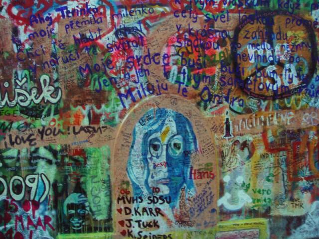 стена Джона Леннона (почти как наша стена Цоя)