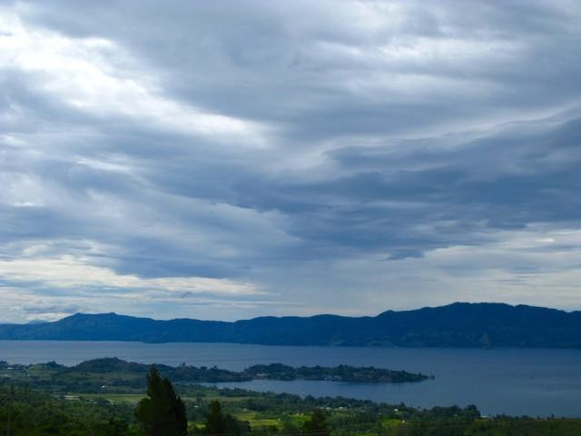 На кусочке суши, вдающемся в озеро, находится деревня Тук Тук