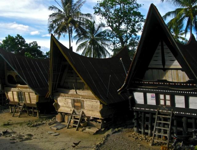 Дома в деревне, остров Самосир, озеро Тоба (Суматра, Индонезия)