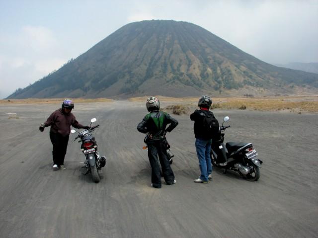 Спутничег: *Да чтоб ты всю жизнь на этих мотоциклах вокруг вулкана катался!* -)