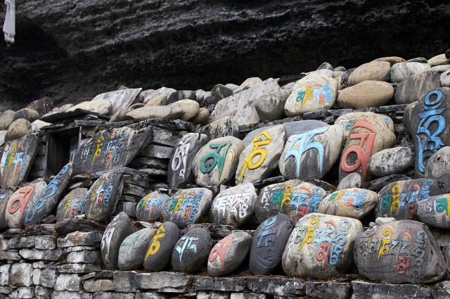 Стена из камней-мани