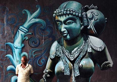 Картина уличного художника на стене в городе Бангалор, Индия