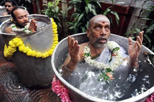 "Индийские священники совершают ритуал вызова дождя под названием ""Варуна Яджна"""