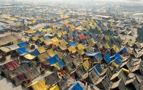 Лагерь паломников в Сангаме - месте слияния Ганга, Ямуны и легендарной Сарасвати