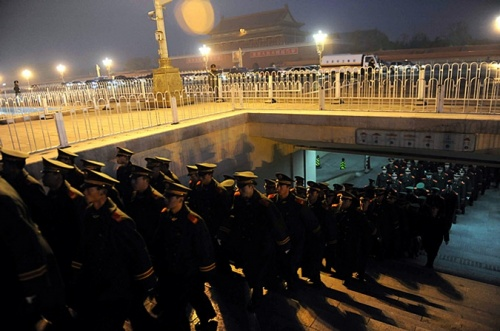 Отряд Народной вооруженной полиции Китая производит смену караула на площади Тяньаньмэнь в Пекине