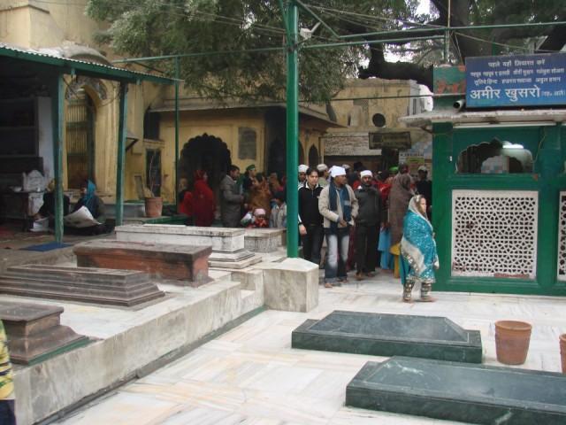 гробы на площади