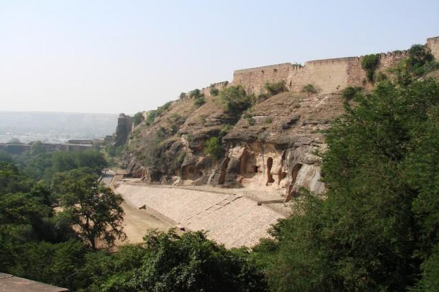 пещеры справа от дороги