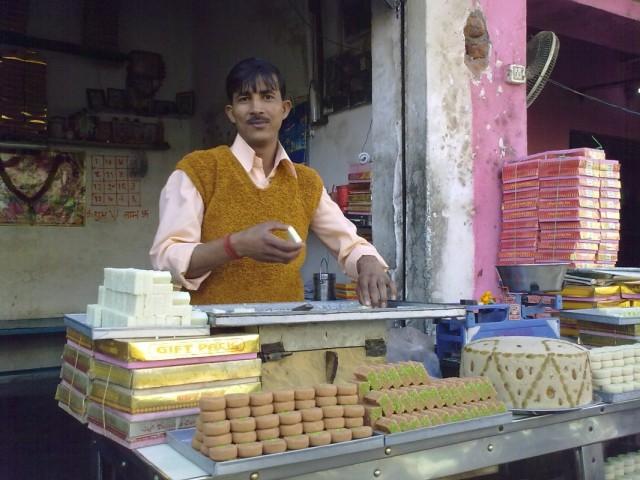 Базар. Продавец сладостей
