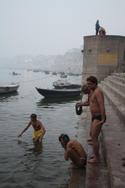 В Ганге купаются,