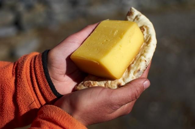 Завтрак треккера - тибетский хлеб и ячий сыр