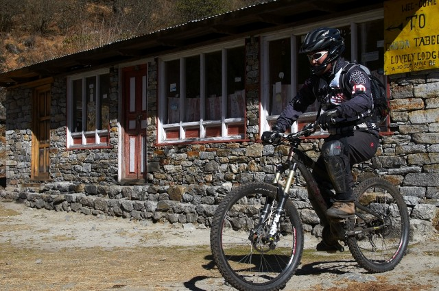 Японец на горном велосипеде