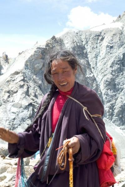 Самый высокий перевал на маршруте - Долма Ла, тибетцы помогают советом, как его пройти...